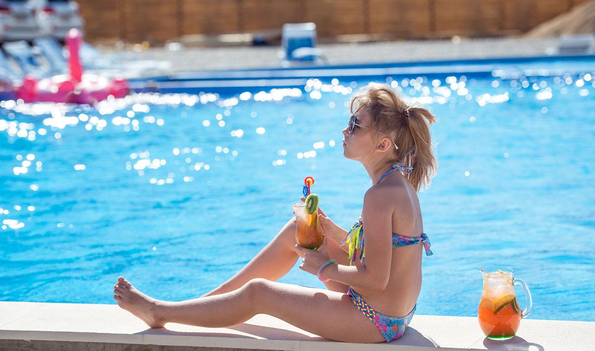 отдых около бассейна гостиницы
