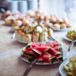 нарезка крымских фруктов на линии раздачи